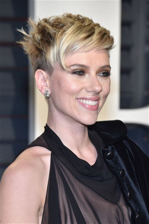 scarlettjohanssonhaircut at the oscars scarlett johansson messy cut messy cut lookbook