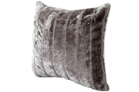 housse coussin fourrure housse de coussin fourrure gris cocoon 40x40 cm coussins pas cher