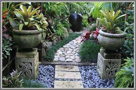 Mendesain Rumah Tropis mendesain taman tropis dengan unsur hardscape