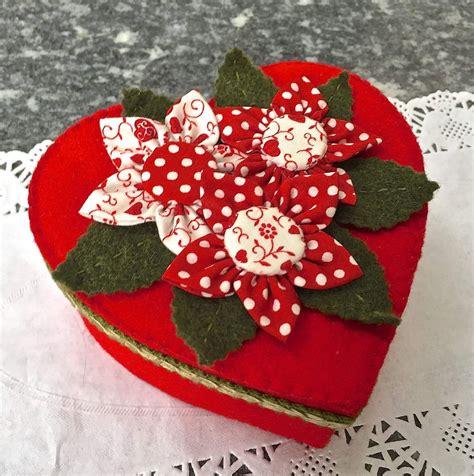 fiori a forma di cuore scatola a forma di cuore rivestita in feltro rosso e