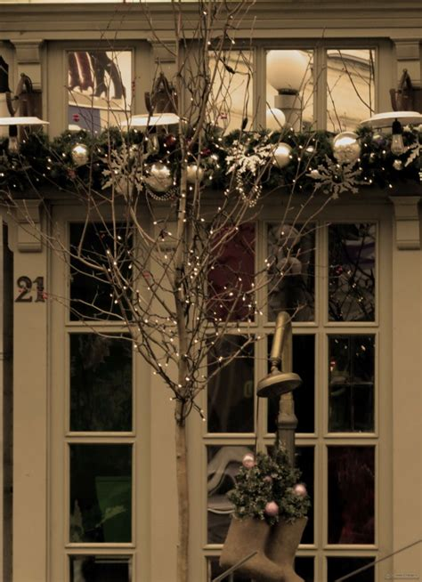 ideas para decorar ventanas exteriores en navidad decoracion navide 241 a ventanas con adornos preciosos