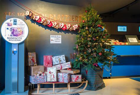 weihnachtsbaum mit ddr lametta eine gurke f 252 r den weihnachtsbaum ddr museum
