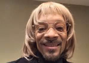 white facing snoop dogg in white face and blonde wig