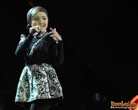 Celana Panjang Fatin berdiri di atas high heels fatin shidqia til cantik kapanlagi