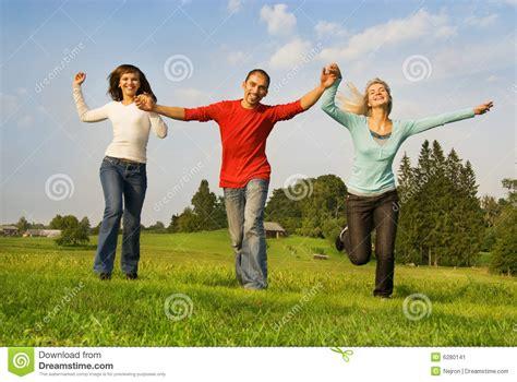 imagenes felices los tres tres amigos felices imagen de archivo imagen de hierba