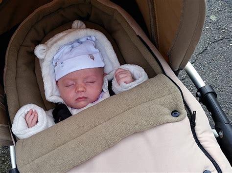 neonato nella come vestire il neonato in inverno in carrozzina