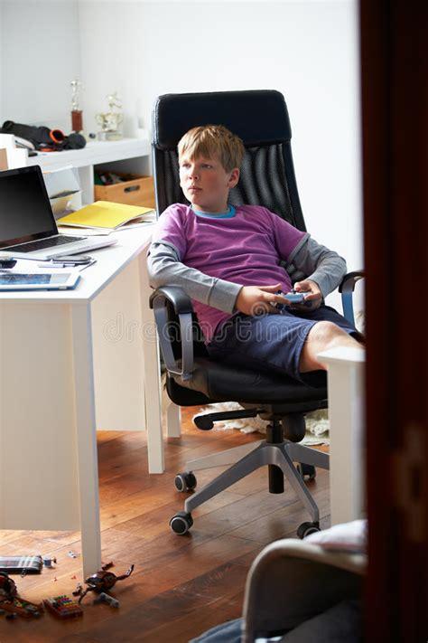 junge der videospiel im schlafzimmer spielt stockfoto - Videospiel Schlafzimmer