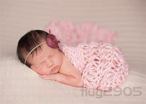 decke grobstrick baby wrap grobstrick decke rosa fotoshooting newborn