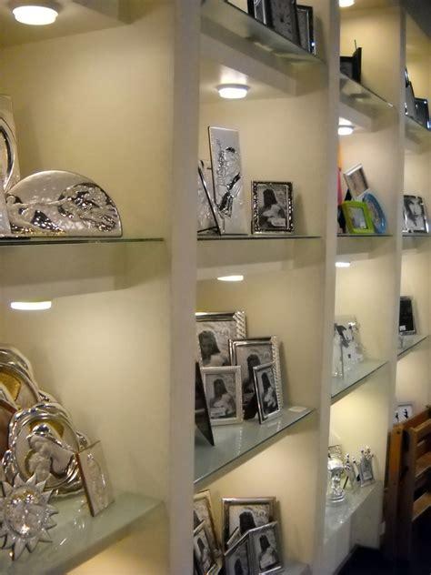 pareti illuminate foto parete attrezzata con ripiani in cristallo