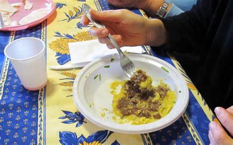 piatti e bicchieri di plastica inquinamento l unione europea pronta a bandire piatti e