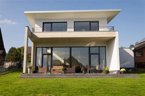 split level fertighaus einfamilienhaus neubau mit doppelgarage in hanglage im