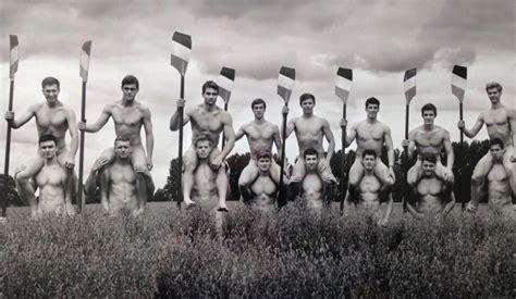 ragazzi nudi doccia nudi contro l omofobia il nuovo calendario dei vogatori