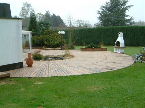 terrasse jardin terrasses en bois arrondies dans un jardin de lasne mt