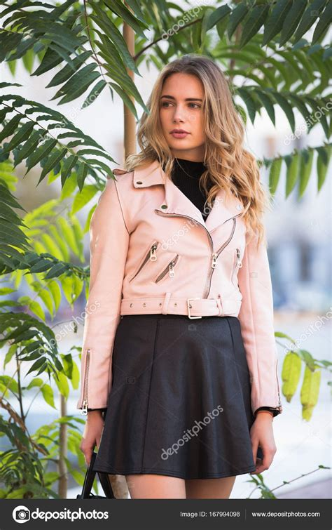 elegante schlafzimmermöbel mode automne femme 233 l 233 gante dans la veste se tenant pr 232 s
