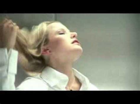 mann und frau machen im bett rum ohne decke stop gedr 220 ckt mann und frau alleine im fahrstuhl