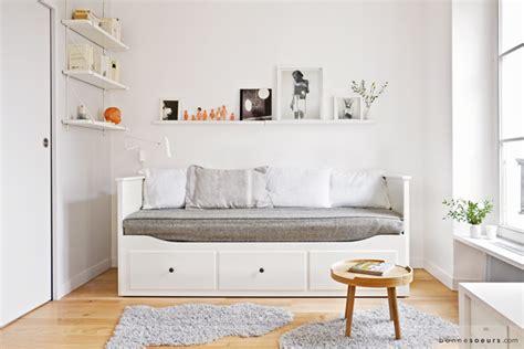 Supérieur Amenager Un Studio De 25m2 #1: bonnesoeurs-decoration-charmant-studio-01-salon-divan-hemnes-ikea-etagere-ribba-ikea.png