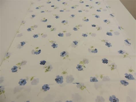 gardinen nass aufhangen oder bugeln taft dekostoff gardinenstoff mit veilchen muster in blau