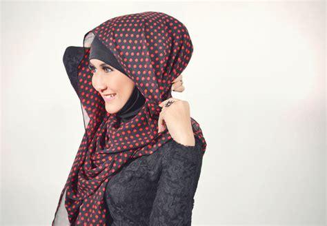 50 Kreasi Jarum Pentul Hias Untuk Kerudung 5 pakai headband ke atas kepala anda letakkan hingga