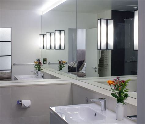 Mirrored Bathroom Walls | 10 rooms with a mirrored wall