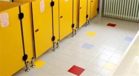 nei bagni di scuola nei bagni della scuola tra compagni di classe
