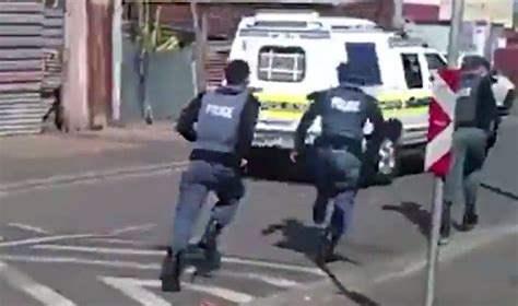 battle bounce police chase cars review cops flee cape flats after being bitten stoned by community