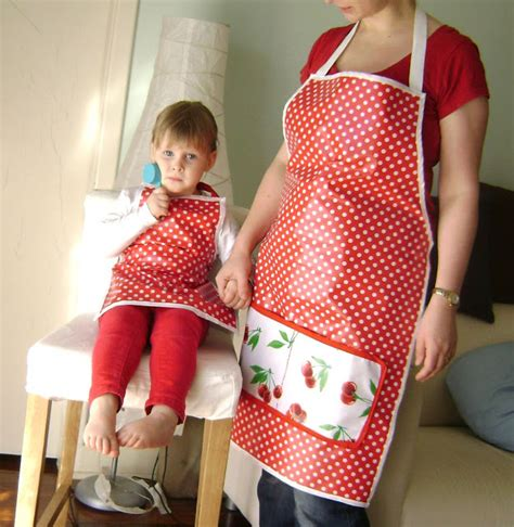 sewing oilcloth apron candykins crafts mummy and me oilcloth aprons