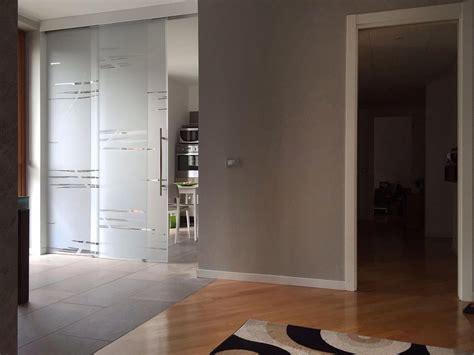 dividere cucina e soggiorno diveidere cucina e sala con porte scorrevoli in vetro