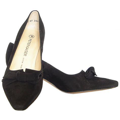 kaiser leola mid heel court shoes in black suede