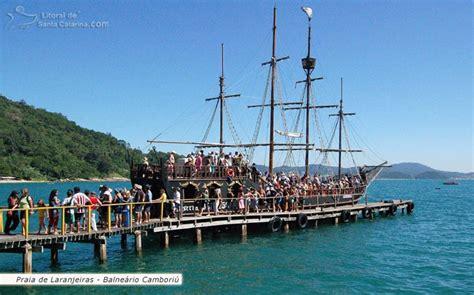 barco pirata a laranjeiras foto tur 237 stas chegando de barco na praia de laranjeiras em