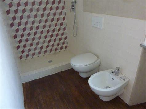 bagno con pavimento in legno foto bagno con doccia quot retro quot e pavimento in legno di