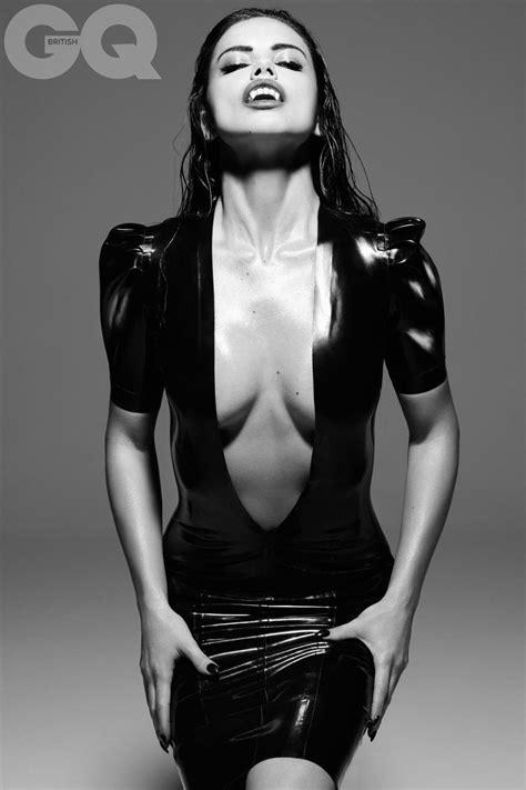 Adriana Lima se transforma em vampira sexy para a GQ no