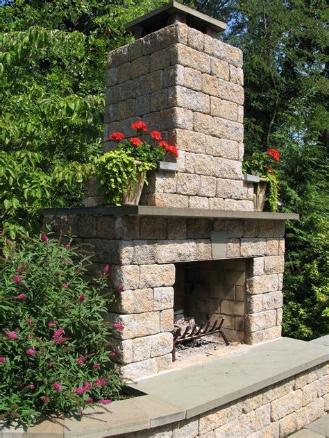 outdoor fireplace using allan block hardscape ideas