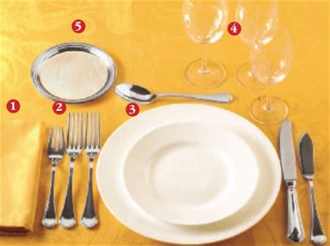 come si apparecchia un tavolo come si apparecchia la tavola secondo il galateo donna