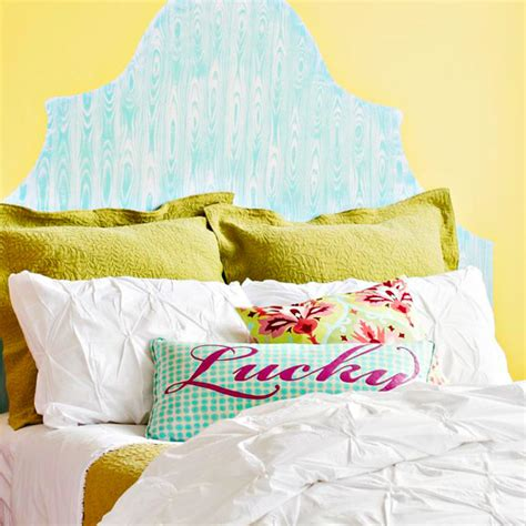 painting a headboard on the wall make 3 d household items two dimensional with paint