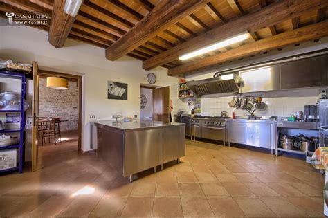 cucina casale umbria assisi borgo ristrutturato con terreno e piscina