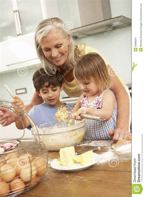 faire r馘uire en cuisine petits enfants aidant la grand m 232 re 224 faire des g 226 teaux