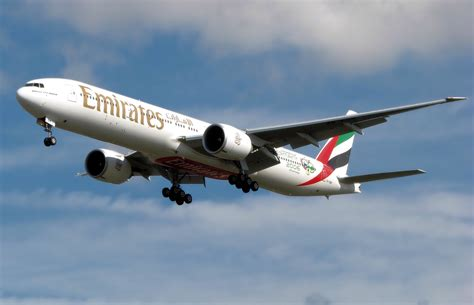 emirates aircraft file emirates b777 300er a6 ebm arp jpg wikipedia
