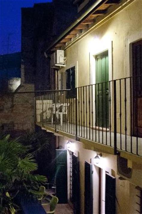 terrazzo romeo e giulietta fioriere sul terrazzo particolari foto di romeo