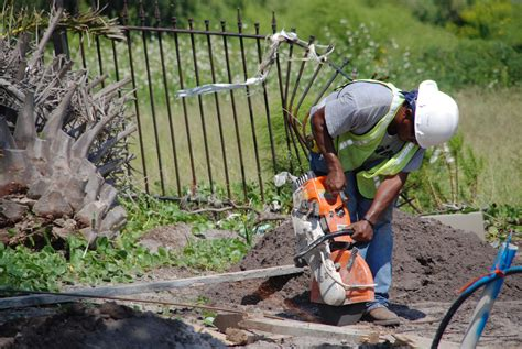 file fema 33133 construction worker working on the pass christian ms sewer project jpg