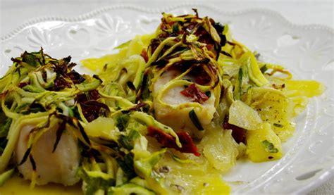 pesce su letto di patate filetti di pesce al forno in letto di zucchine e patate