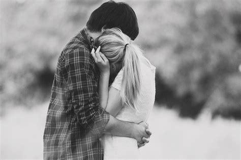 imagen en blanco y negro romanticas cosas que debes saber sobre el amor para sobrevivir tus 20s