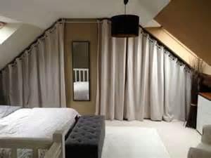 Ordinaire Idee Salle De Bain Sous Pente #7: Des-rideaux-pour-fermer-le-dressing-sous-pente-cosy.jpg