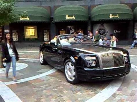 roll royce london rolls royce phantom drophead coupe pulls up outside