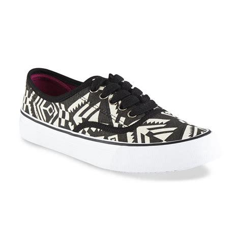 joe boxer shoes joe boxer s sonoma black white tribal sneaker