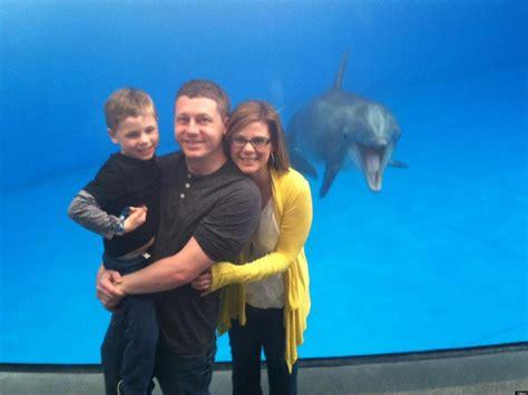 best photobomb pictures photobombing dolphin leaps into family aquarium picture