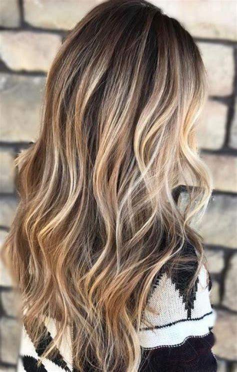 modische ideen fuer braunes haar mit blonden highlights