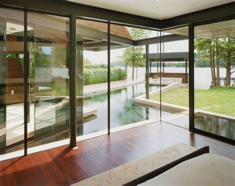 vetrate casa villa con facciata in vetro sul lago