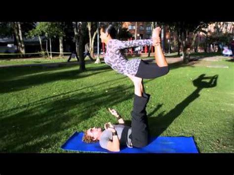 imagenes para hacer yoga yoga para dos una forma de hacer ejercicio en pareja