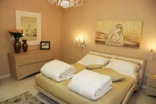 Beautiful Pittura Camera Matrimoniale #1: quadri-camera-da-letto-con-un-design-moderno-nella-pittura-della-parete-camera-da-letto-componibile-cè-un-bellissimo-lampadario-non-ci-sono-armadi-marrone.jpg