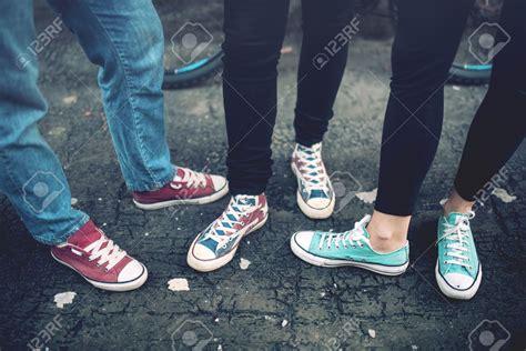 Al 22 Sepatu Tali piovene a 15 e 16 anni vanno a rubare a casa dell amico